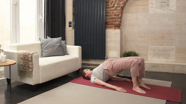 Carla estirando en su plataforma 'The Holistic Concept'.