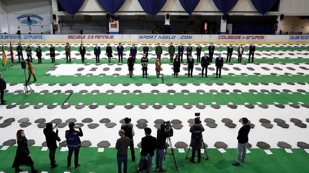 Foto: Vista del suelo verde y los pasillos divididos por letras y números para organizar la morgue del Palacio de Hielo durante el acto oficial de su clausura (EFE)