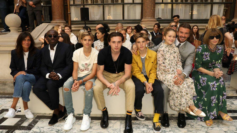 Emmanuelle Alt, Edward Enninful, Romeo, Brooklyn, Cruz, Harper, David Beckham y Anna Wintour, viendo el desfile de VB en la London Fashion Week de 2019. (Darren Gerrish / WireImage)