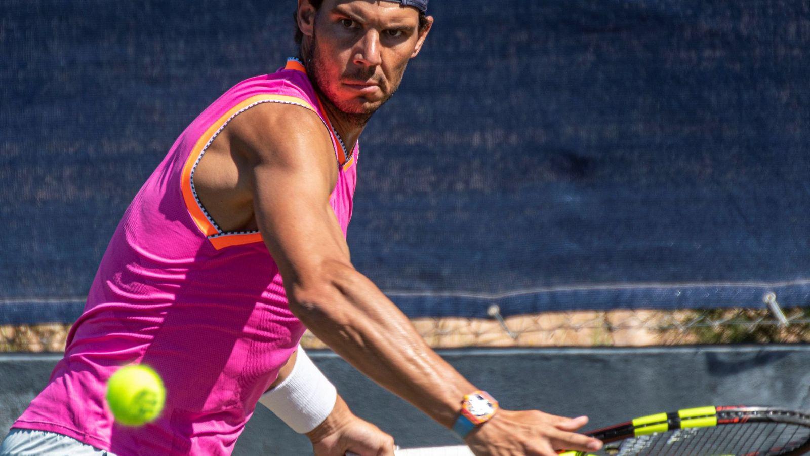 Foto: Rafa Nadal, durante uno de los entrenamientos con su reloj. (EFE)