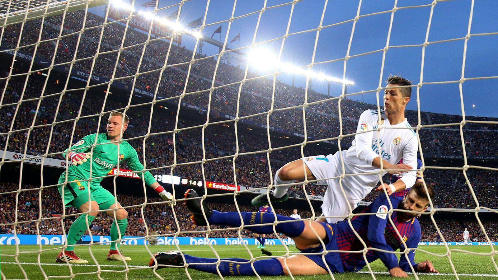 Foto: Cristiano Ronaldo en el momento de marcar el gol en el Camp Nou y lesionarse el tobillo con el impacto de Piqué (REUTERS)