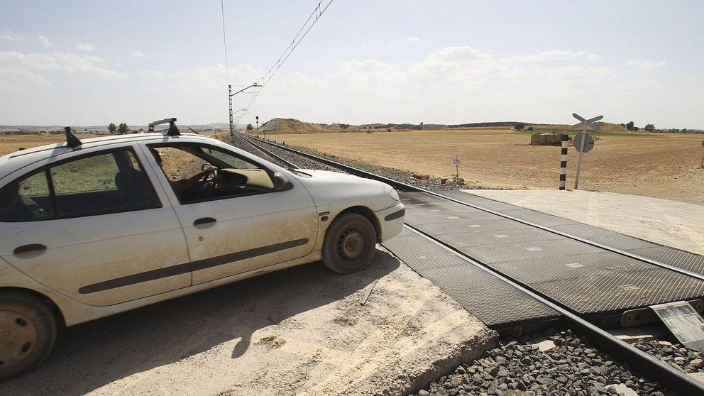 Tres temporeros fallecidos al ser arrollados por un tren en un paso a nivel en Guadalajara