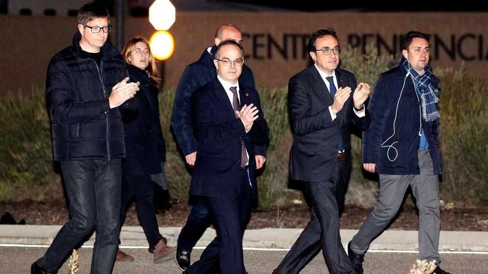 Foto: Los exconsellers de la Generalitat Carles Mundó (i), Josep Rull (2d) y Jordi Turull (c), a su salida de la prisión de Estremera (Madrid) tras pagar las fianzas. (EFE)