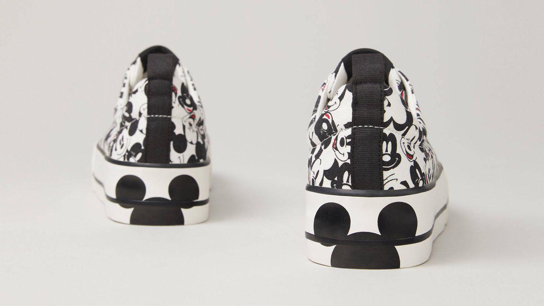 Las zapatillas deportivas de Mickey Mouse que vende Lefties. (Cortesía)