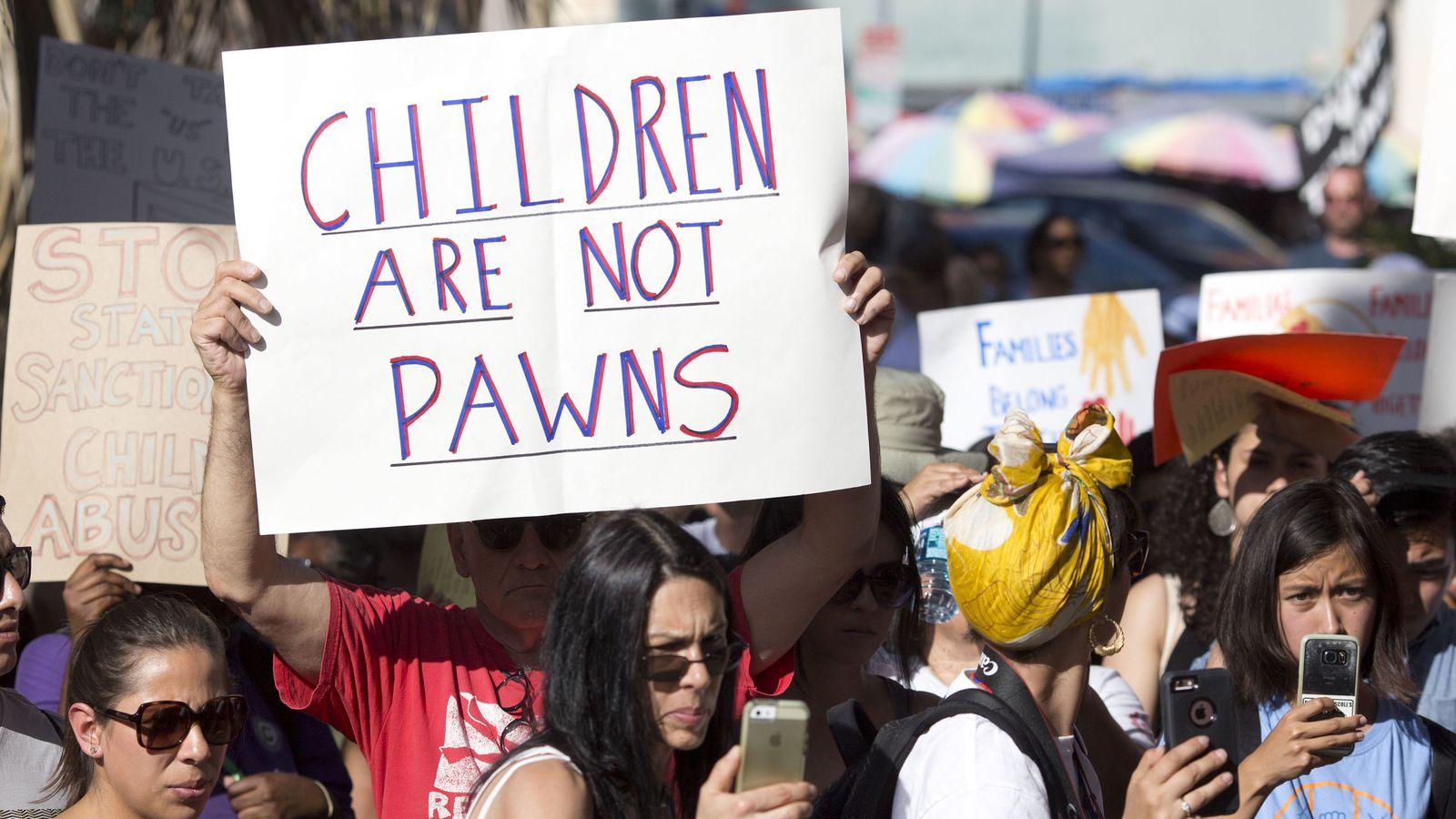 Foto: Cientos de personas participan en una manifestación para expresar su repudio a la decisión de Trump de separar a las familias inmigrantes detenidas en la frontera. (EFE)