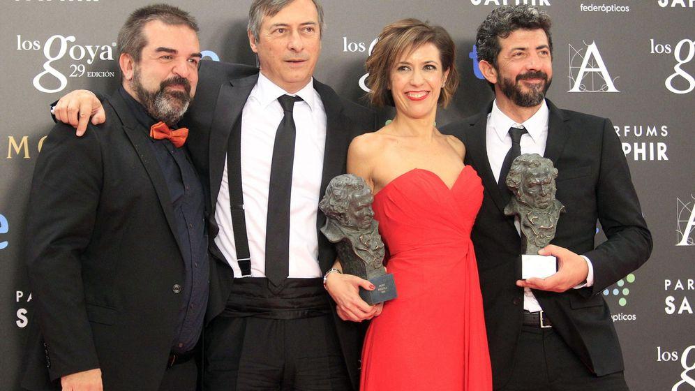 Foto: Los productores de 'La isla mínima', Gervasio Iglesias (izquierda), José Antonio Félez y Mercedes Gamero, junto al director, Alberto Rodríguez, en los Goya de 2015. EFE