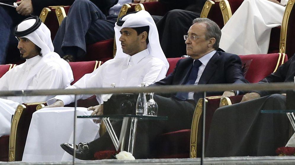 Foto: El presidente del PSG Nasser al-Khelaifi y Florentino Perez durante un partido amistoso (REUTERS)