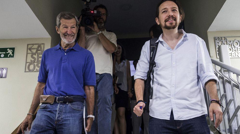 Foto: El líder de Podemos, Pablo Iglesias (d), y Julio Rodríguez (i), a su llegada a una reunión del Consejo Ciudadano. (EFE)