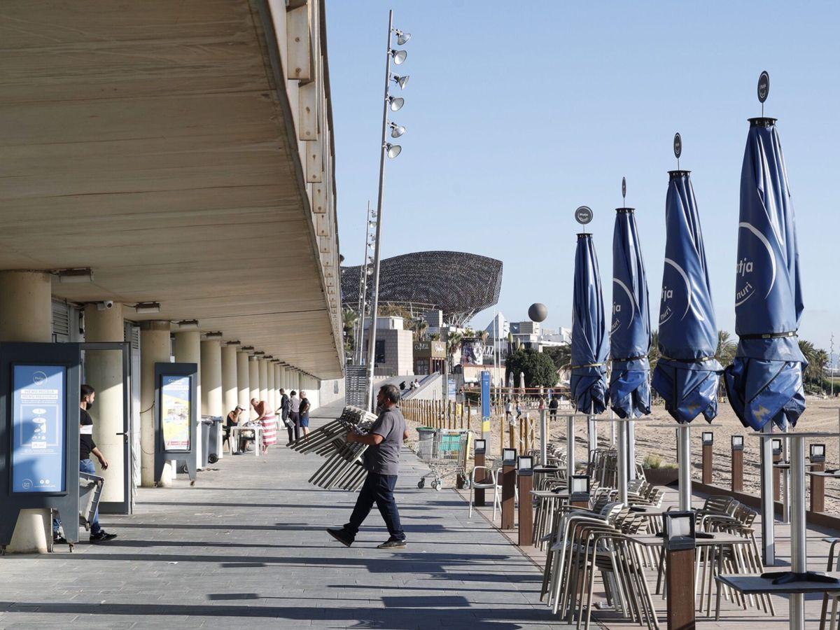 Foto: Trabajadores de un restaurante en la playa de la Barceloneta. (EFE)