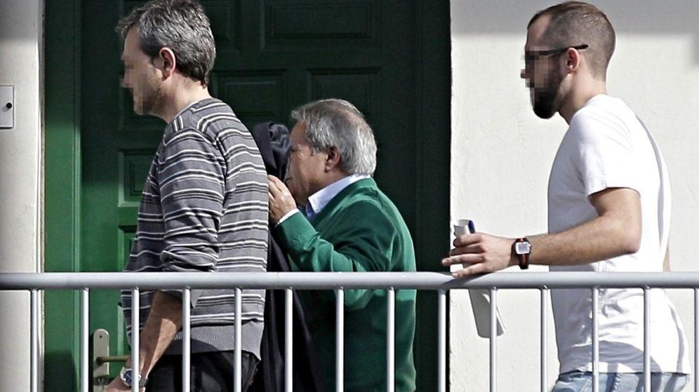Foto: El expresidente de la Diputación de Valencia Alfonso Rus (de verde) es trasladado a la comandancia de la Guardia Civil de Valencia. (EFE)