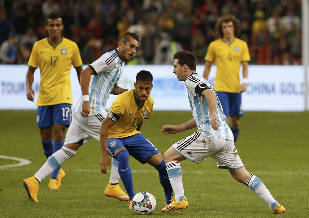 Foto: Messi y Neymar luchan por la posesión de la pelota (Reuters).