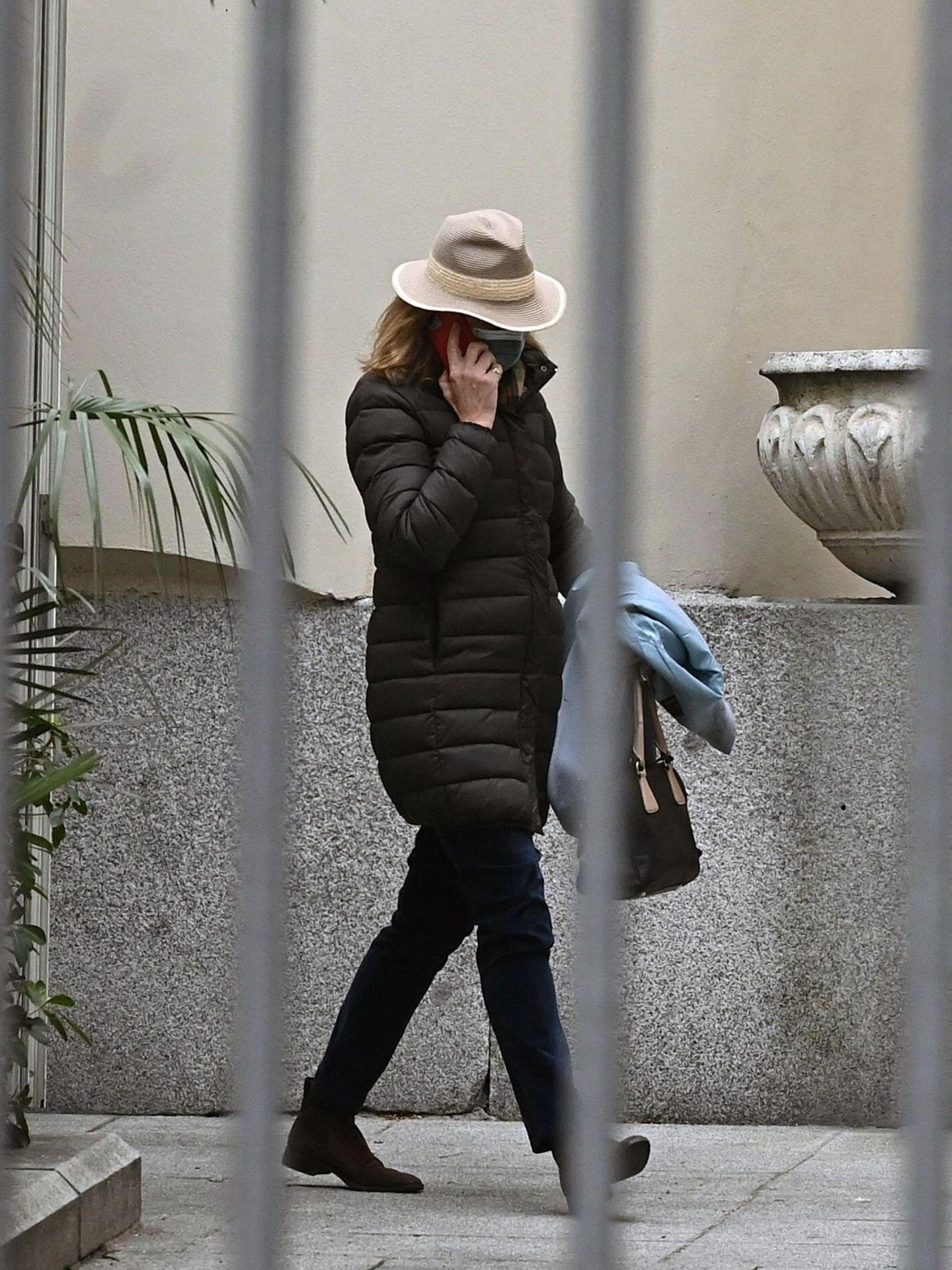 La infanta Elena sale del trabajo en Madrid, tras llegar de Abu Dabi. (EFE)