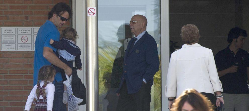 Foto: Carlos Moyá junto a sus hijos Carla y Carlos llegando al hospital este miércoles por la tarde. (Gtres)