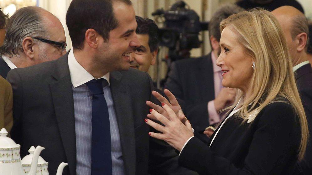 Foto: La presidenta de la Comunidad de Madrid, Cristina Cifuentes, junto al portavoz de Ciudadanos en la región madrileña, Ignacio Aguado. (EFE)