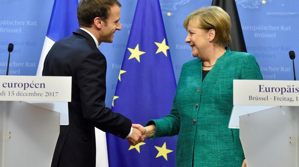 Foto: El presidente francés, Emmanuel Macron (i), saluda a la canciller alemana, Angela Merkel. (Reuters)