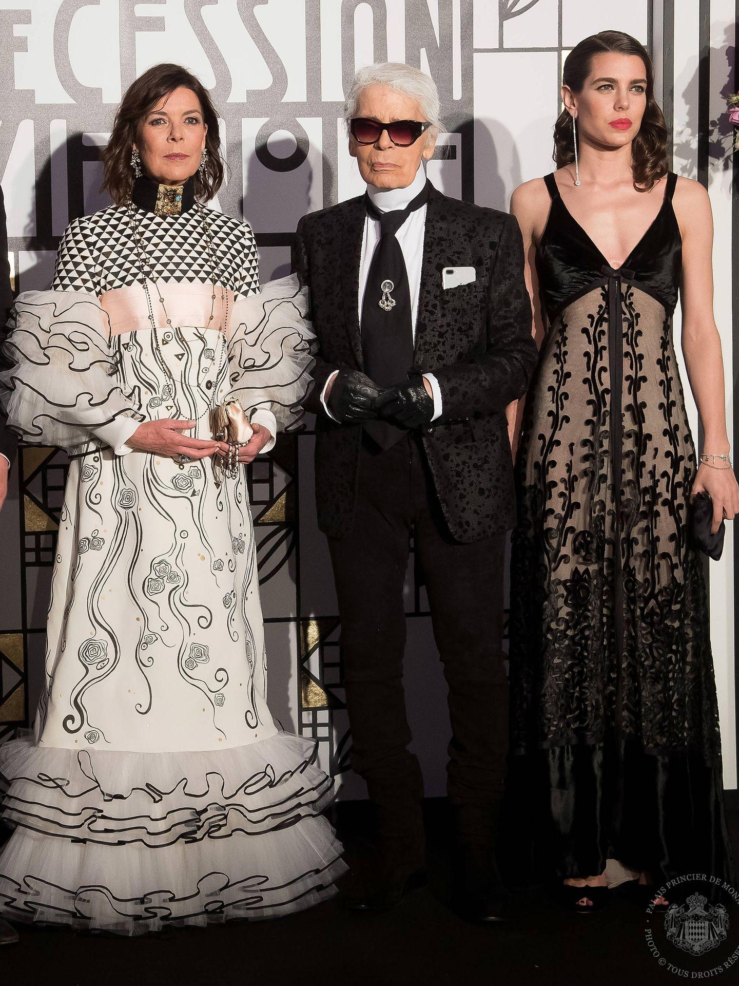 Karl Lagerfeld, junto a las princesas Carolina y Carlota. (Getty)