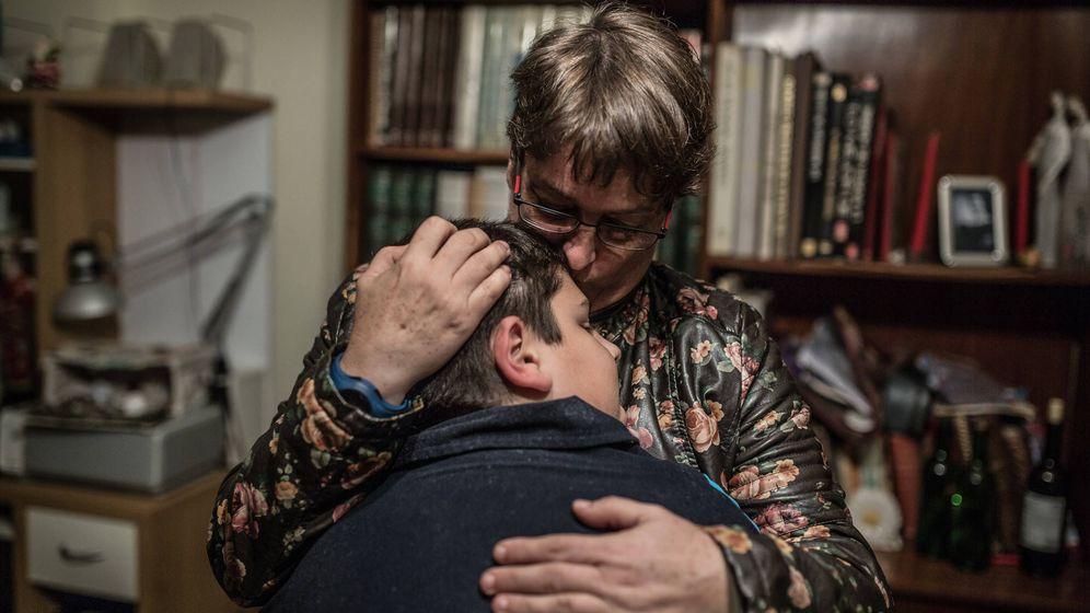 Foto: La sindicalista Dolores Espinosa, abrazando a uno de sus hijos.