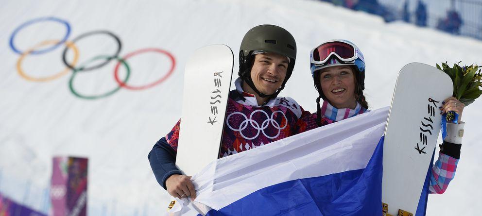 Foto: La pareja rusa celebra sus medallas (Reuters).