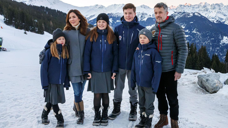 Los príncipes daneses y sus hijos, en el primer día de su etapa en el internado suizo. (EFE)