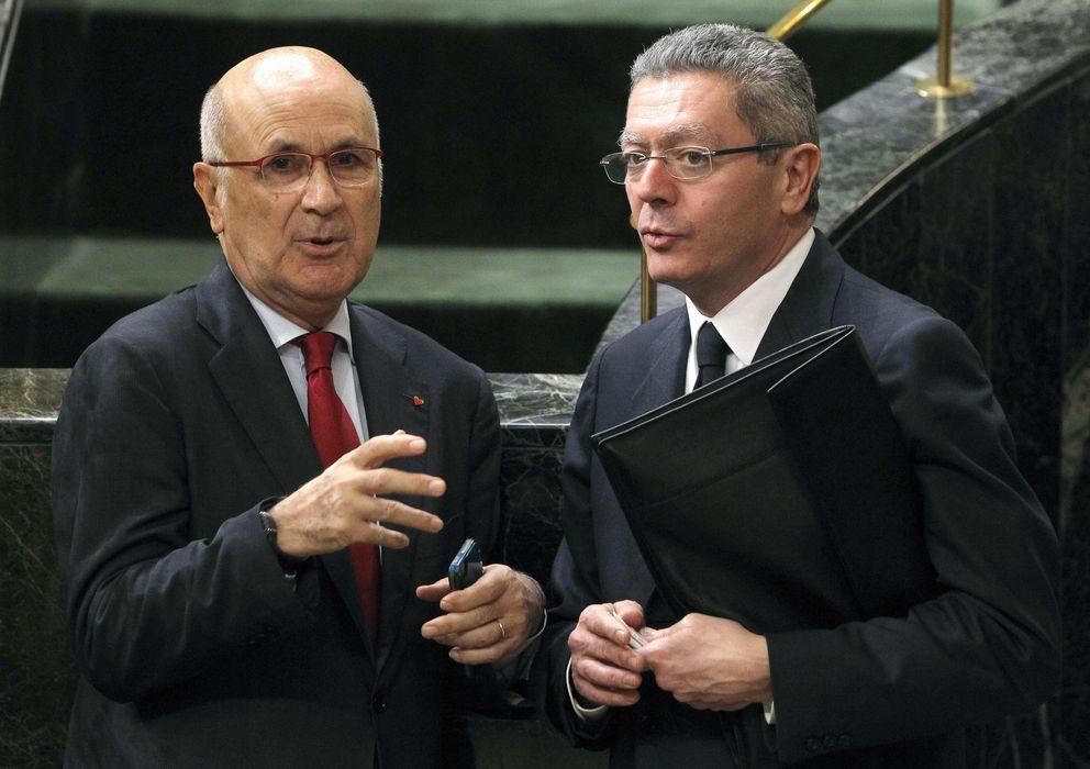 Foto: El ministro de Justicia, Alberto Ruiz-Gallardón, conversa con el secretario general de CiU Josep Antoni  Durán i Lleida. (EFE)