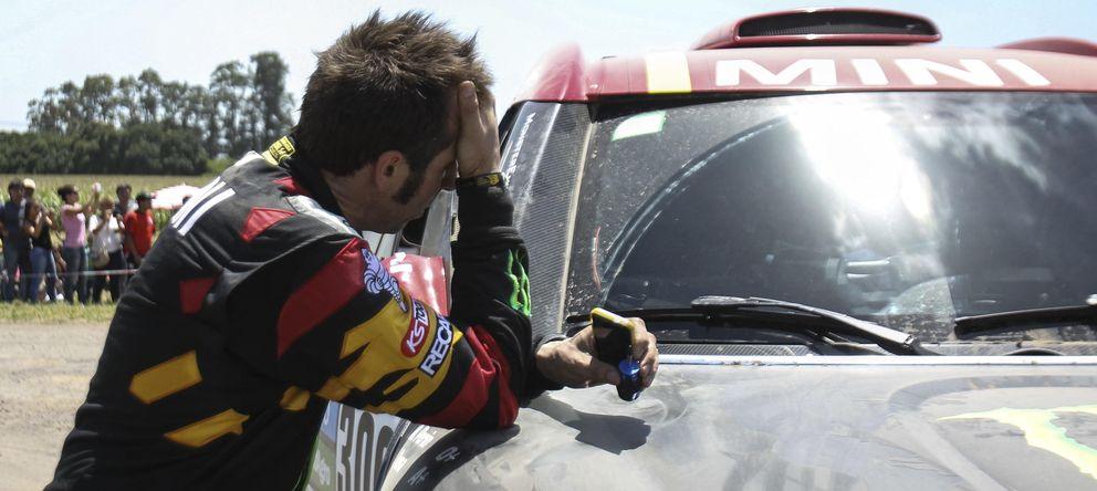 Foto: Nani Roma se lamenta tras sufrir la avería en la primera etapa del Dakar (Efe).