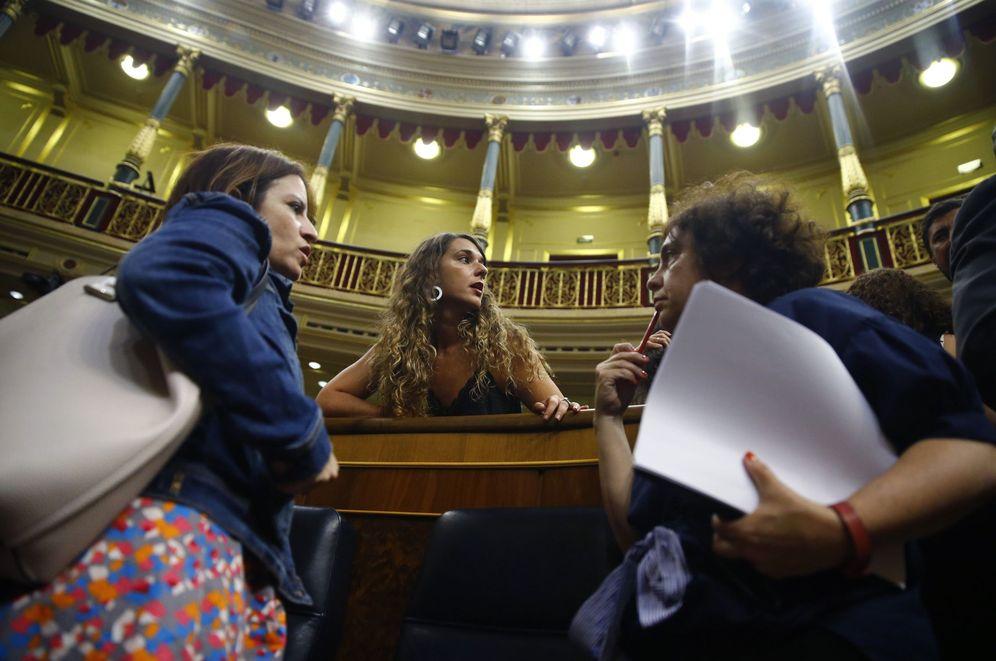 Foto: Adriana Lastra (i) conversa con las diputadas de Podemos Noelia Vera y Gloria Elizo, este 16 de julio tras la votación del consejo de RTVE. (EFE)