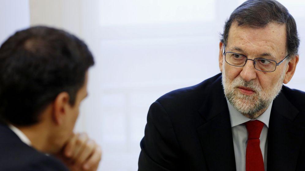 Foto: El presidente en funciones del Gobierno, Mariano Rajoy, y el secretario general del PSOE, Pedro Sánchez, durante su primera reunión tras las elecciones generales. (EFE)