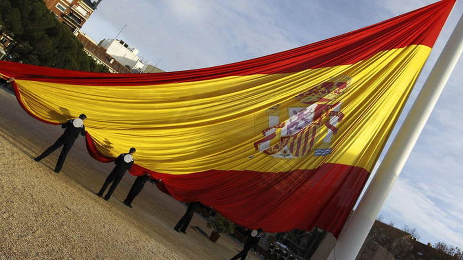Foto: Izado de bandera en la madrileña plaza de Colón. (EFE)