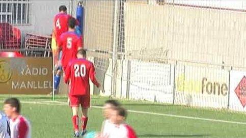 El portero del Manlleu da una patada al árbitro tras anularle un gol