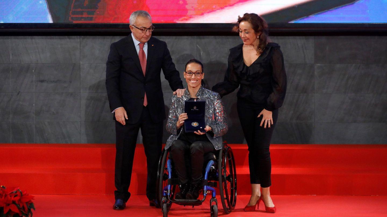 El presidente del Comité Olímpico Español (COE), Alejandro Blanco, entrega un premio a Teresa Perales en 2019. (EFE)