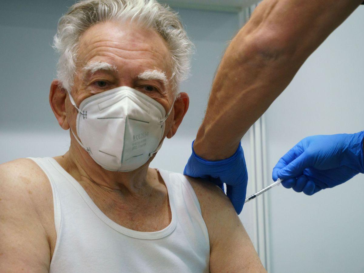 Foto: Un sanitario vacuna a un anciano. (Reuters)