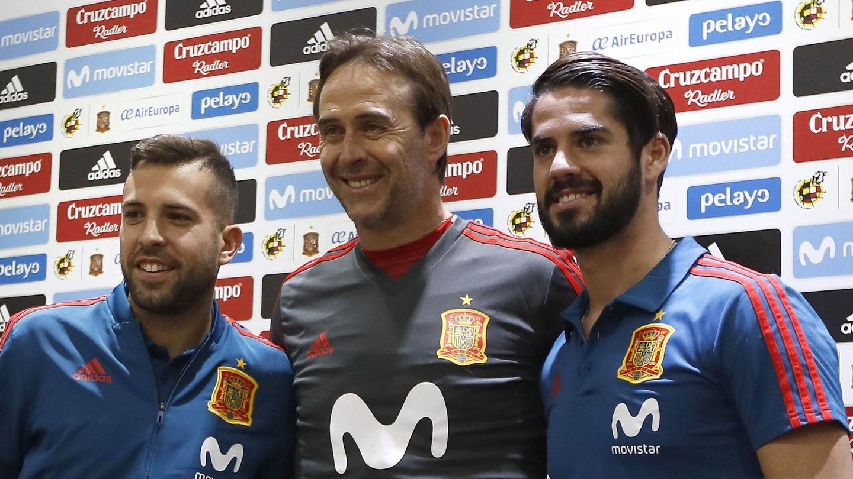 Jordi Alba, junto a Julen Lopetegui e Isco, antes de una rueda de prensa. (EFE)