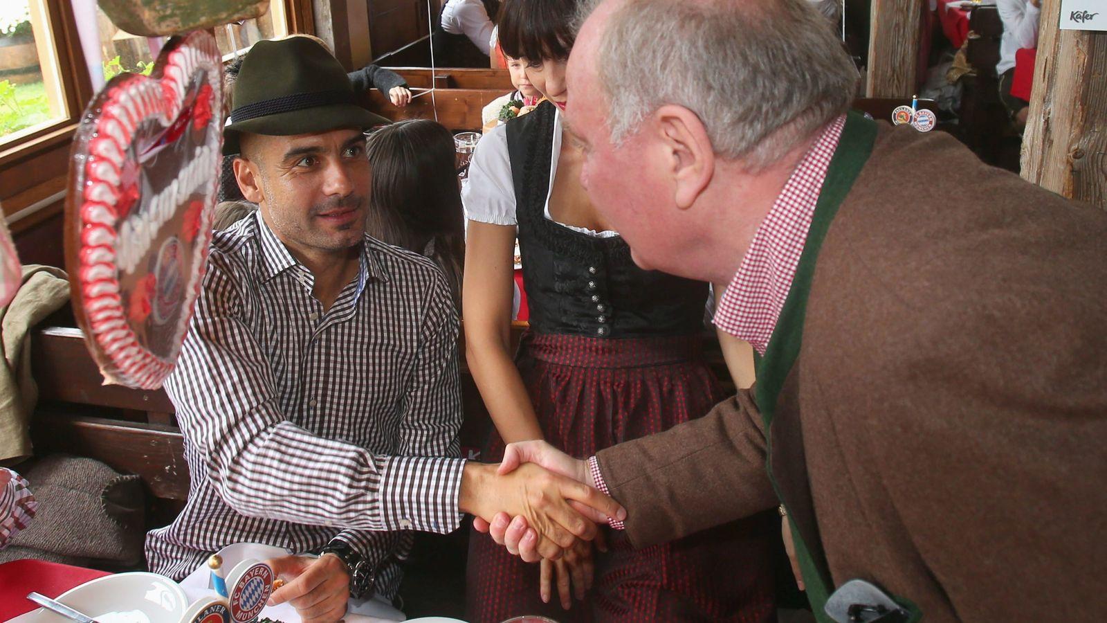 Foto: Hoeness saluda a Pep Guardiola, vestido con el traje típico de Baviera (Efe)