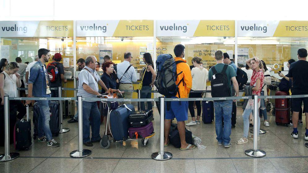 Foto: Colas de pasajeros en el aeropuerto de Barcelona-El Prat. (EFE)