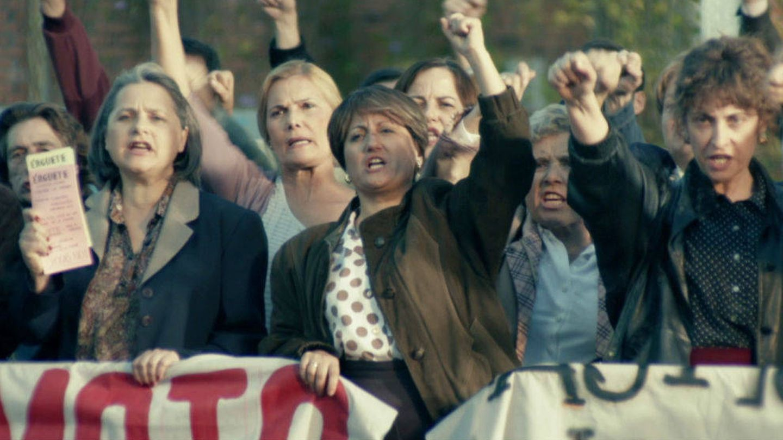 Secuencia de 'Fariña' que recoge las movilizaciones de las 'madres contra la droga'. (Antena 3)