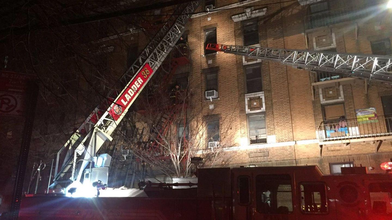 Los bomberos tratan de extinguir el fuego en un edificio de apartamentos en el Bronx.(EFE)