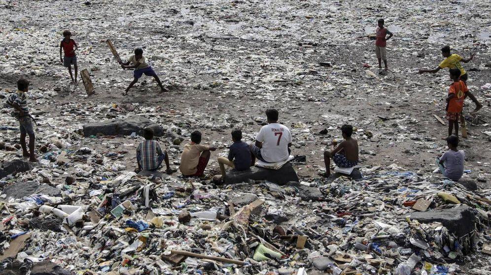 Foto: Los adolescentes juegan entre la basura y buscan compresas usadas