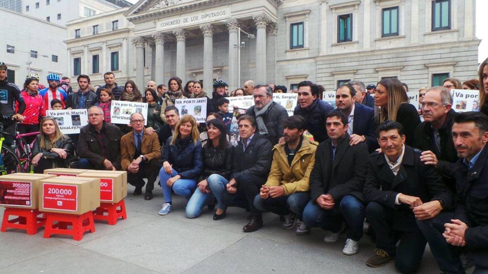 Foto: Anna González estuvo muy arropada en la entrega de firmas (@aragarduno9543/Twitter).