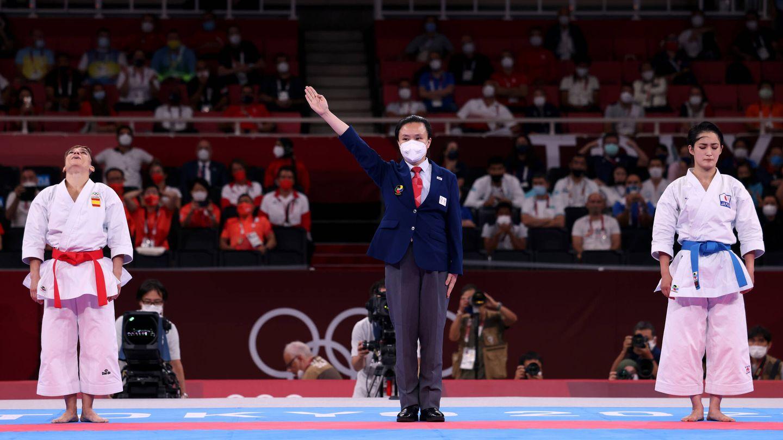 El árbitro señala a Sandra Sánchez como la ganadora del oro en Tokio 2020. (Getty)
