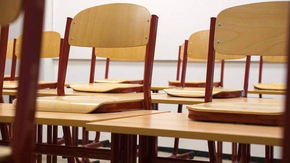 Foto: 'Desk Challenge', el reto de colgarse de un perchero con la silla y el pupitre. (Pixabay)