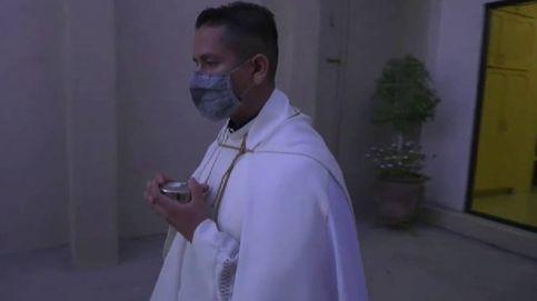 Un cura de Tijuana (México) bendice a los fieles para frenar los contagios