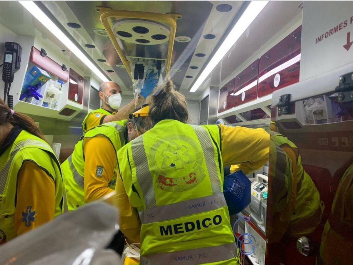 Foto: Los sanitarios atendiendo a la víctima tras el atropello. (Emergencias Madrid)