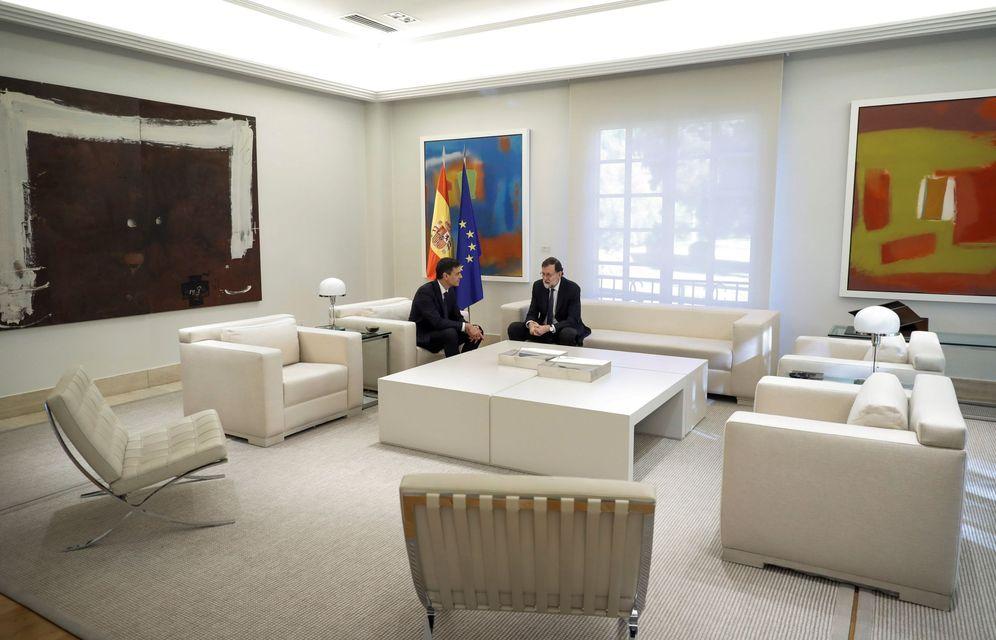 Foto: Pedro Sánchez y Mariano Rajoy, minutos antes del comienzo de su reunión en La Moncloa de este 15 de mayo. (EFE)