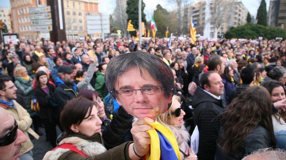 Foto: Un momento de la manifestación ante la Subdelegación del Gobierno en Tarragona para protestar por la detención de Puigdemont. (EFE)