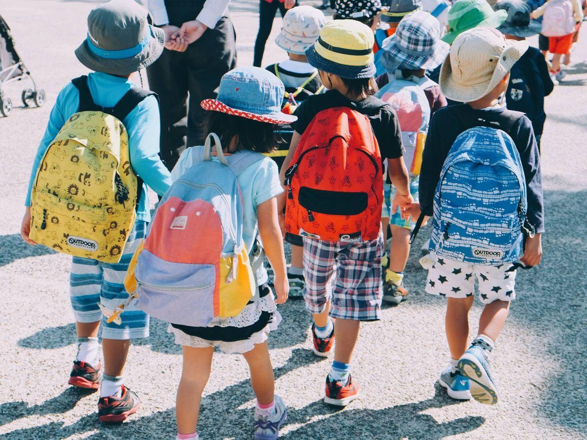 Foto: Un grupo de escolares, a la entrada del colegio. (Note Thanun para Unsplash)