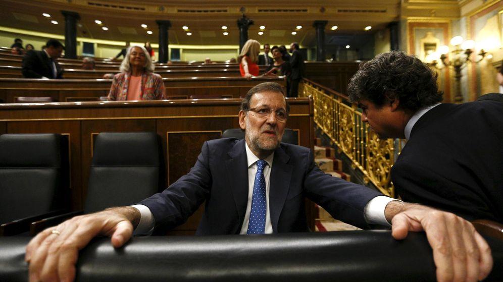 Foto: Mariano Rajoy habla con Jorge Moragas en el Congreso. (Reuters)