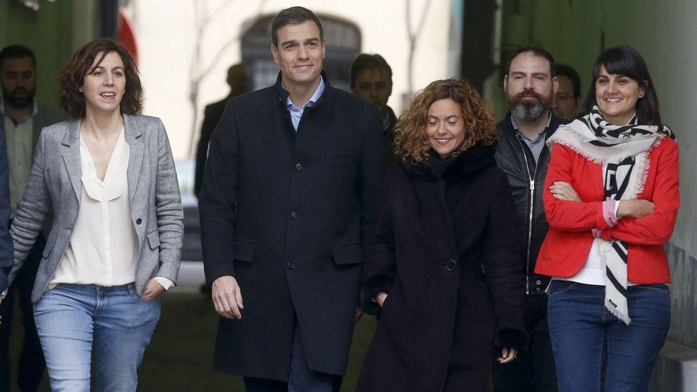Foto: El presidente del Gobierno, Pedro Sánchez, junto a la exdiputada socialista Irene Lozano, en 2016. (EFE)