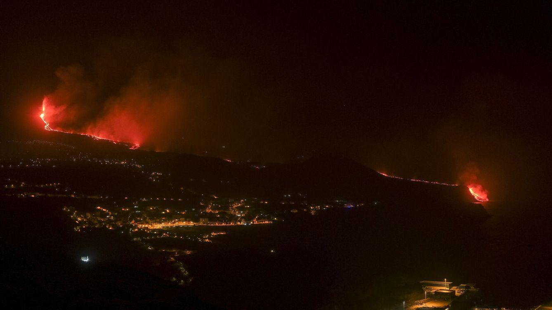 Foto: La lava llega al mar en una zona de acantilados en la costa de Tazacorte. Foto: EFE.