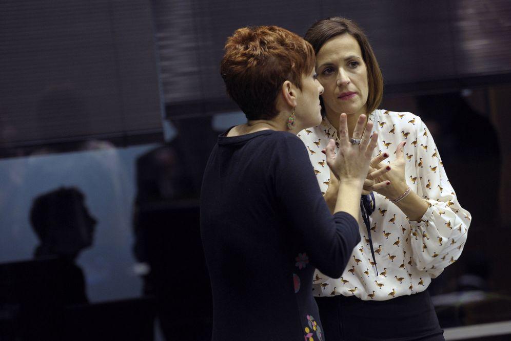 Foto: María Chivite (PSN), a la derecha, y Bakartxo Ruiz (Bildu), durante un pleno la pasada legislatura. (EFE)