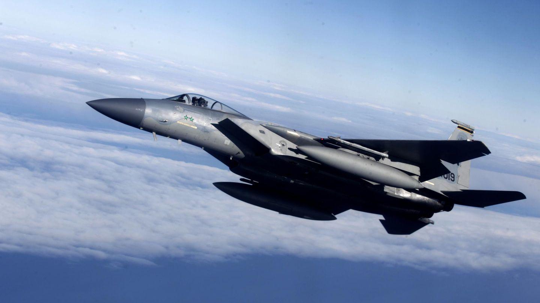 Un F-15 estadounidense escoltando a un avión lituano durante un ensayo militar en la base de Siauliai (AP)